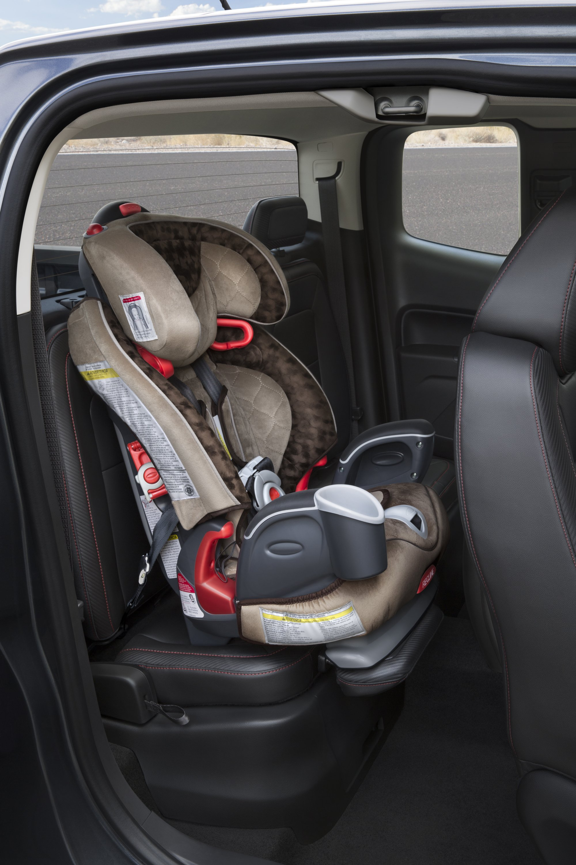 Canyon drivers can use the headrest as a seat support when installing a child seat. Simply detach and insert it into the seat base.