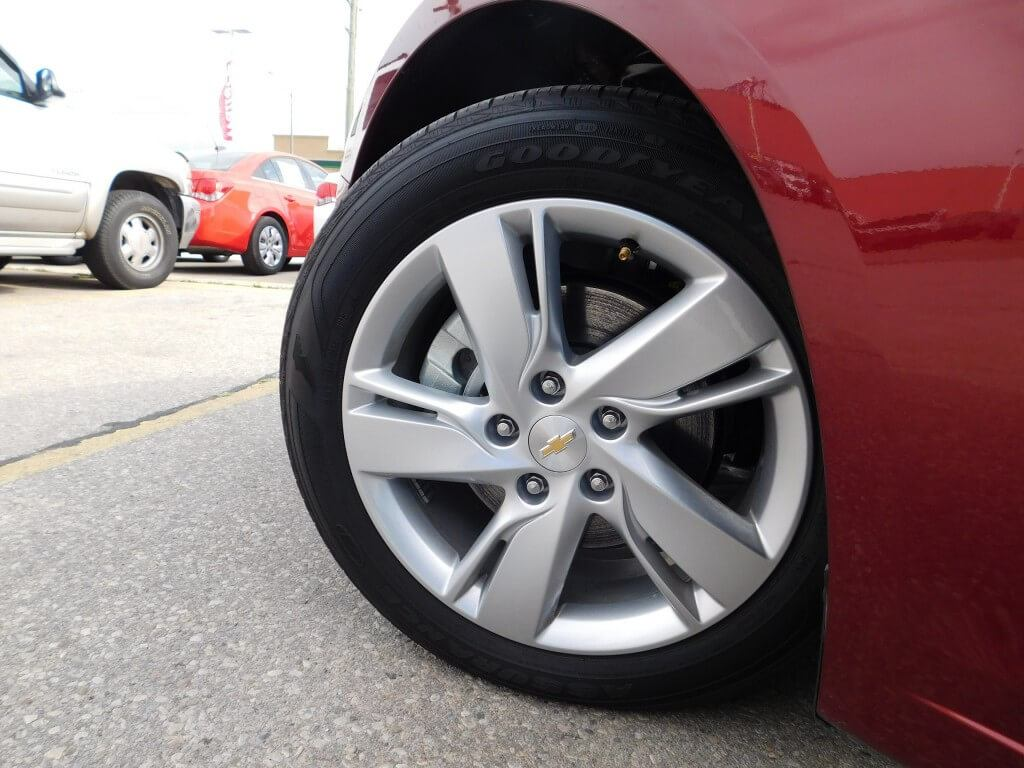 The Cruze Diesel wears a unique set of stylish yet aerodynamic aluminum wheels.